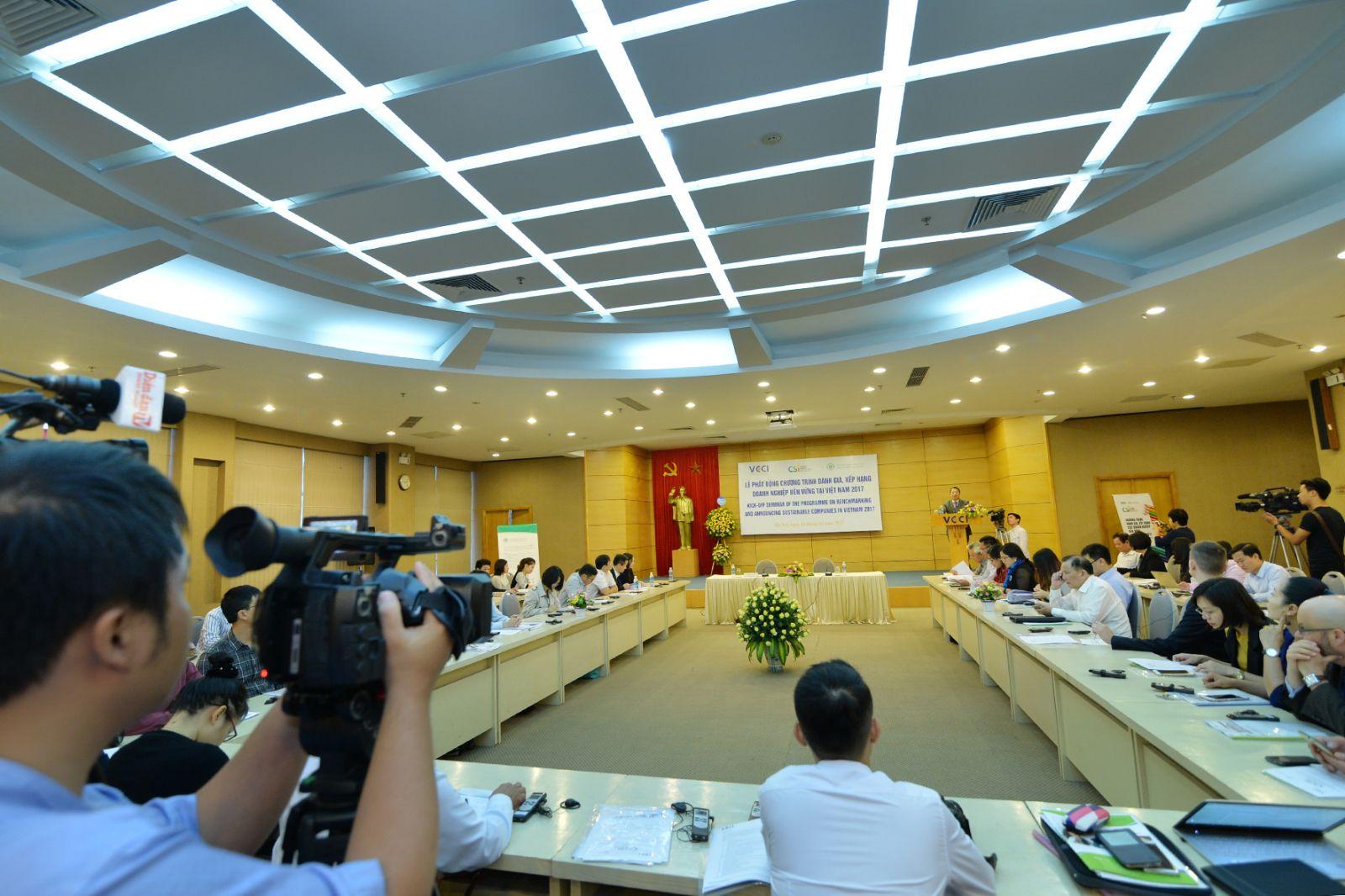 Toàn cảnh lễ phát động chương trình đánh giá xếp hạng DN bền vững VN 2017. Ảnh: Quốc Tuấn
